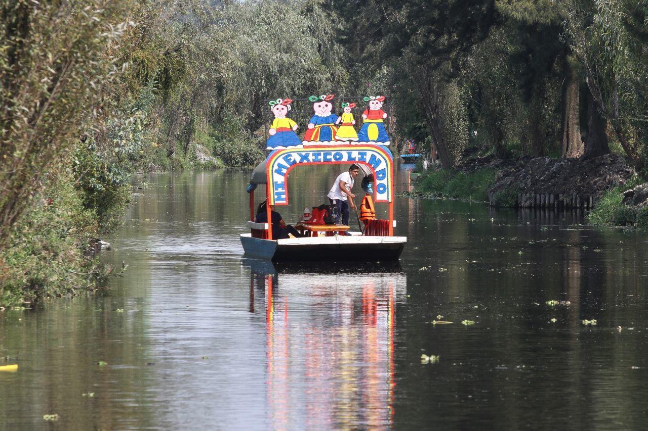Trajinera en los canales de Xochimilco
