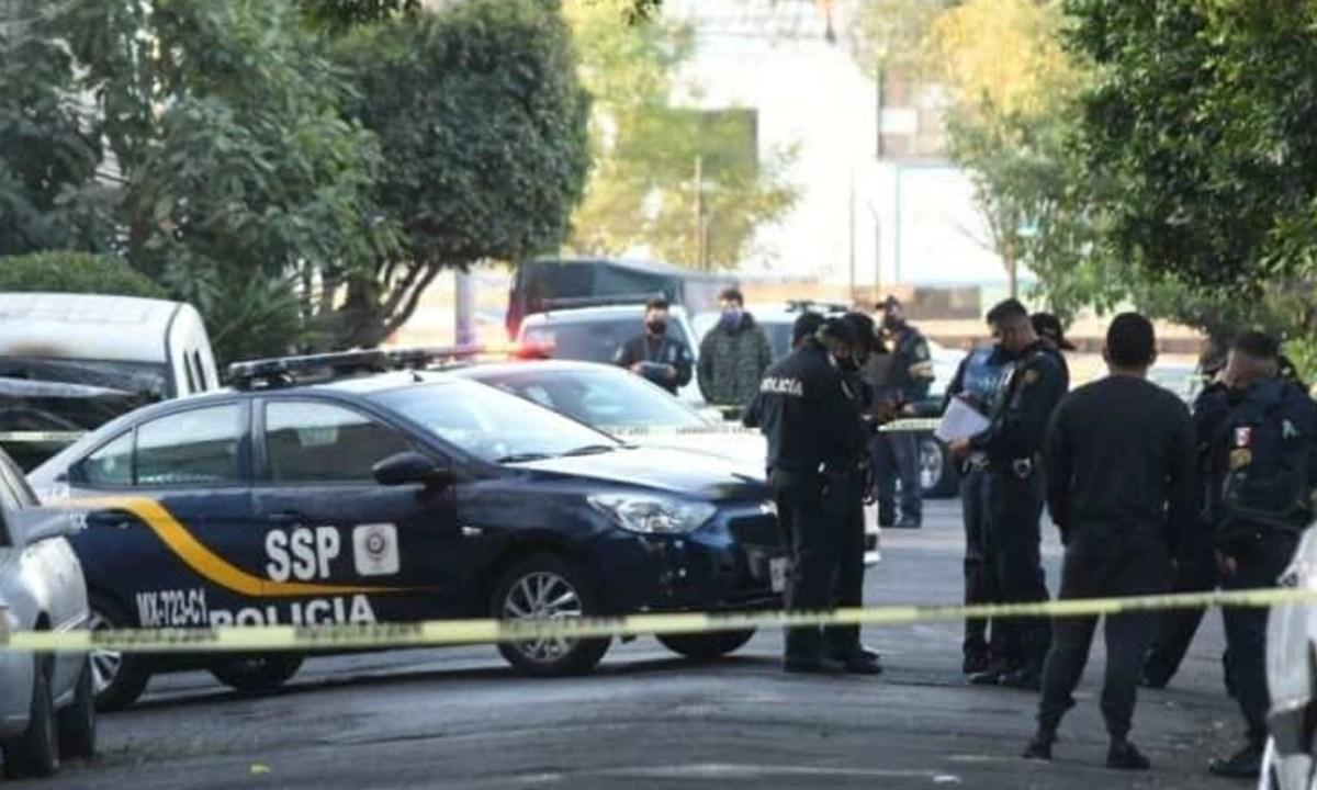 Abandonan y queman a dos cuerpos frente a una organización en la CDMX