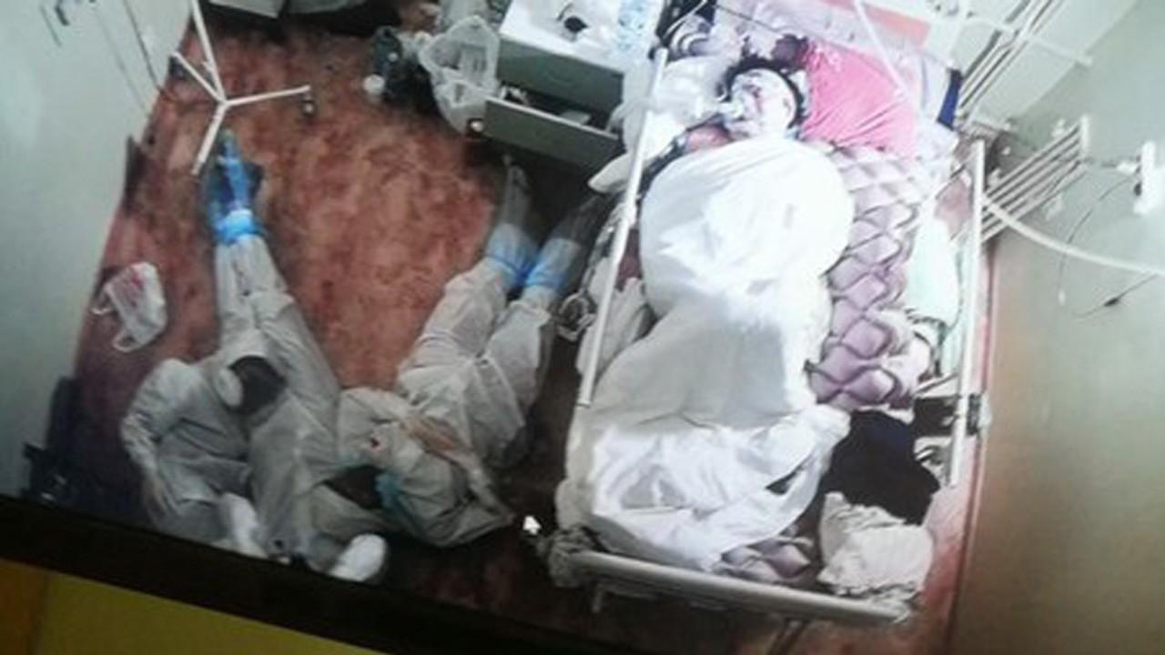 foto estudiantes medicina acostados suelo paciente COVID-19 Rusia