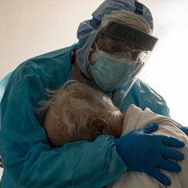 El abrazo que un médico le dio a un desconsolado paciente de Covid-19 en el Día de Acción de Gracias