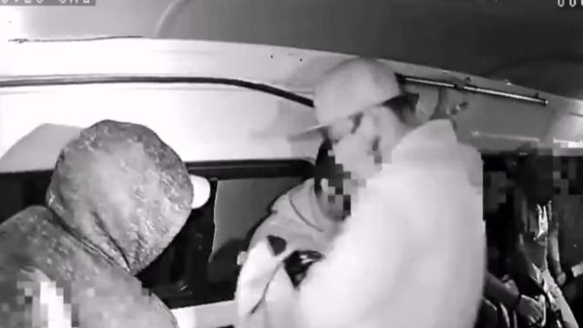 'No seas así', pide mujer a asaltantes de combi en Neza [Video]