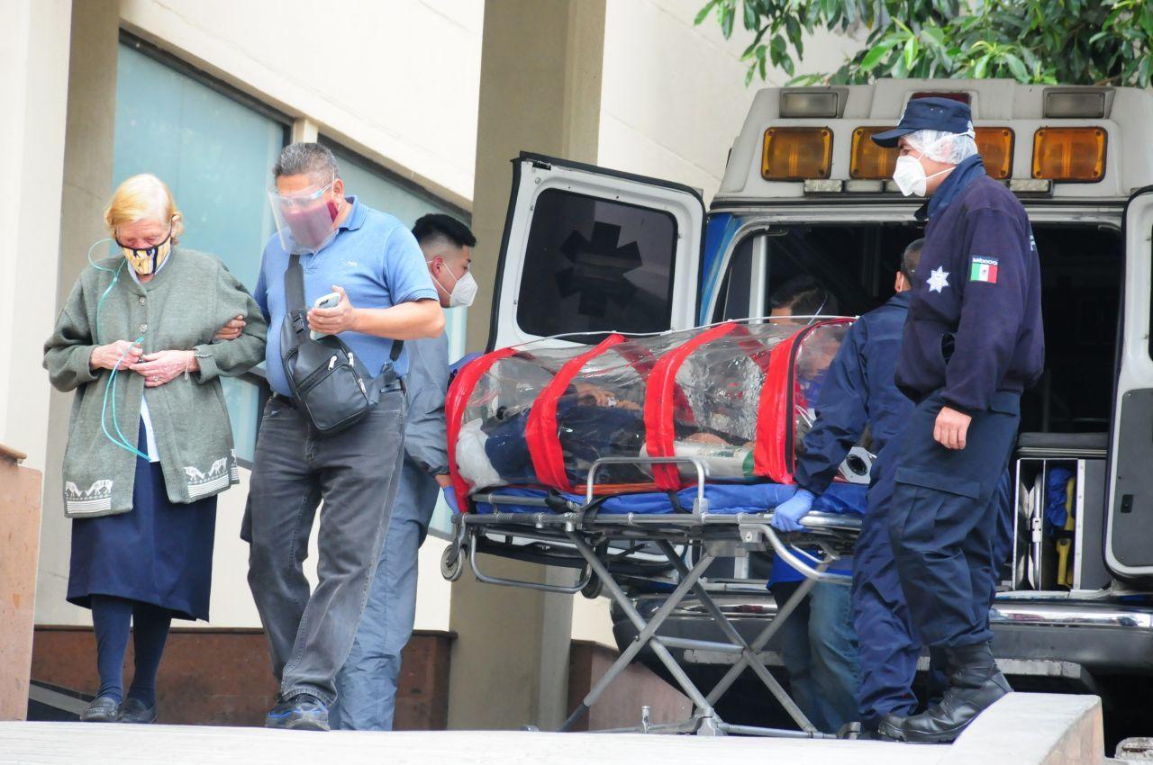 Paciente de COVID-19 llega al Hospital Siglo XXI