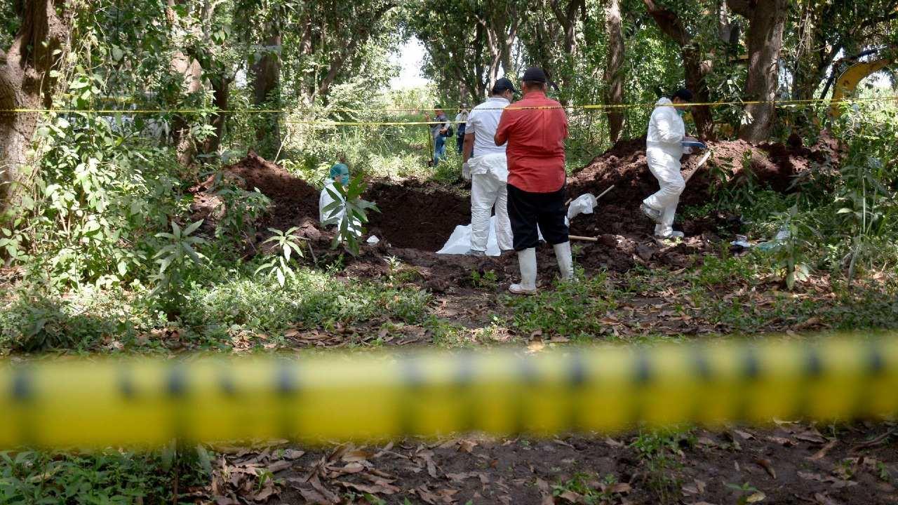 Desentierran auto tres hombres dentro fosa clandestina Sinaloa