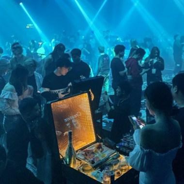 Mientras mundo confinado Wuhan cuna COVID-19 vuelve fiesta