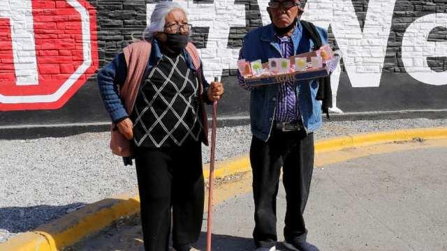 Pareja ancianos vende dulces Durango