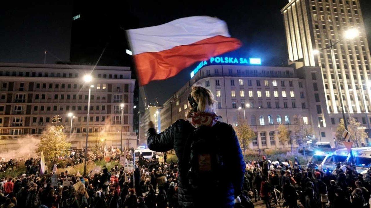 Polonia promulga prohibición casi total aborto