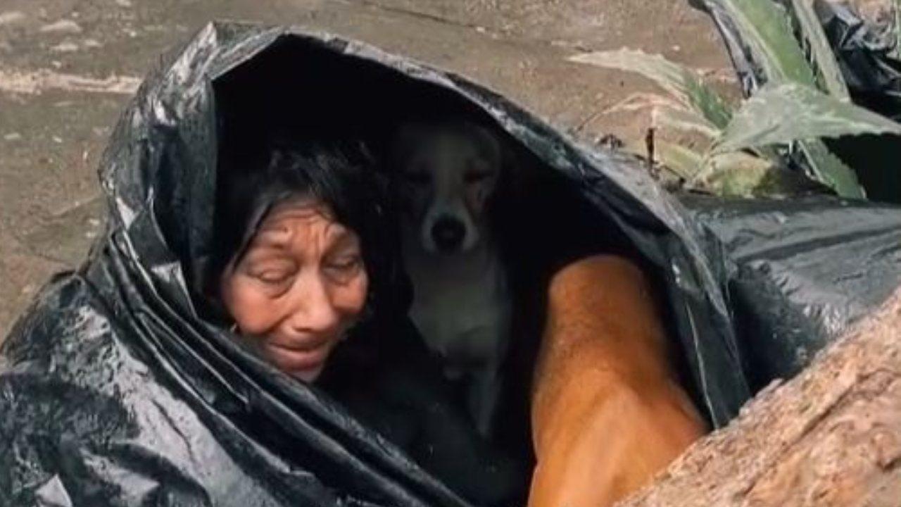 Abuelita se crea hogar con bolsas de plástico