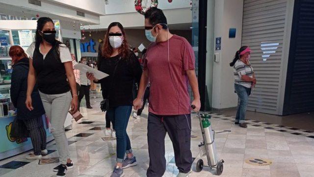 Hombre con tanque de oxígeno en Plaza Lindavista