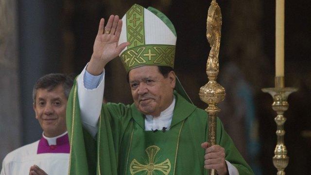 El cardenal Norberto Rivera habría sido abandonado por la arquidiócesis ahora que padece COVID-19 y no puede pagar el hospital