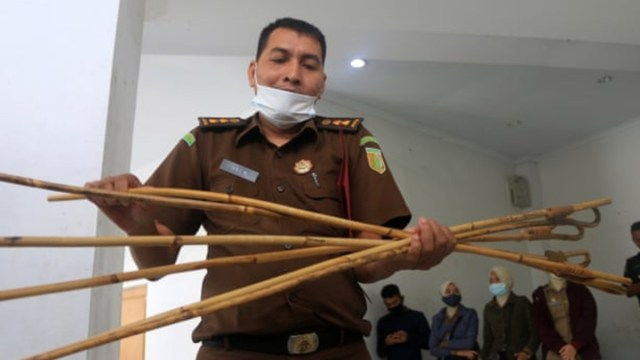 Dos hombres fueron azotados 77 veces por tener relaciones sexuales en Indonesia