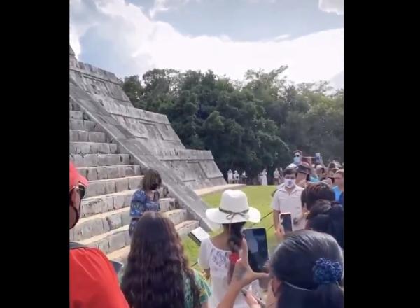 video mujer pirámide Kukulkán esparcir cenizas esposo