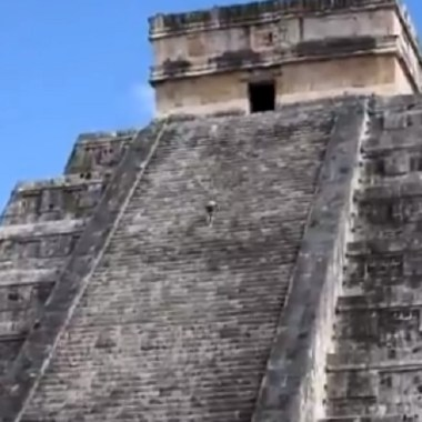 Video mujer sube pirámide Kukulkán esparcir cenizas esposo