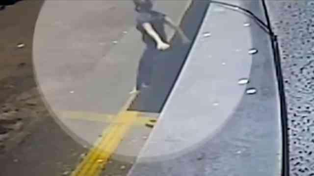 Video mujer salta al vacío escapar violador