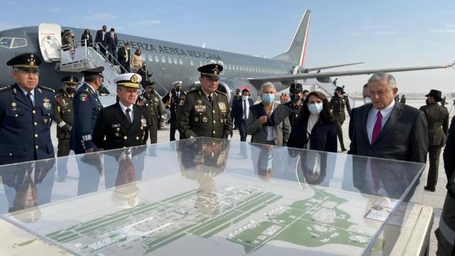 AMLO inaugura instalaciones de Santa Lucía; aterrizó en pista en la mañana