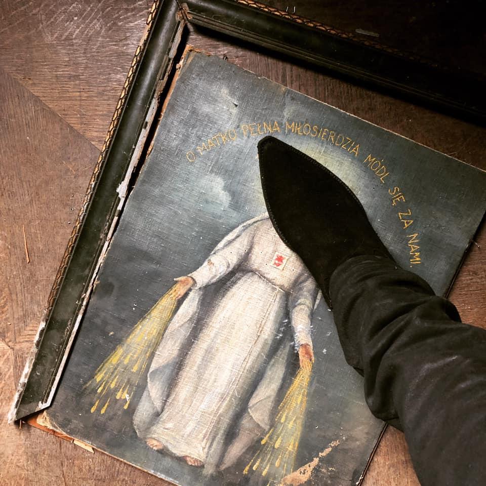 Juez condena a vocalista de Behemoth por pisotear imagen de la Virgen María