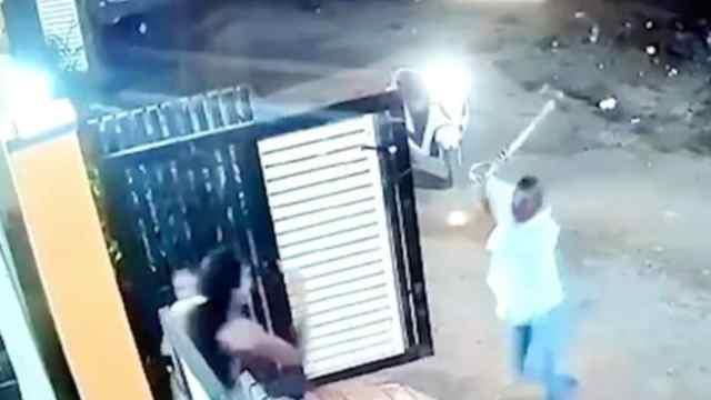 Video: hombre ataca a una mujer con un hacha porque lo rechazó