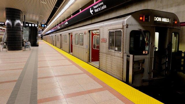 En Toronto, Canadá, un hombre empujó a un extraño a las vías del metro porque pensó que era el casero que lo había desalojado