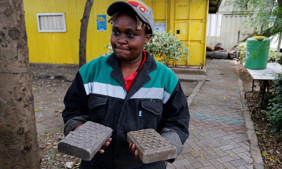 Keniana transforma plásticos en adoquines cinco veces más resistentes que el hormigón
