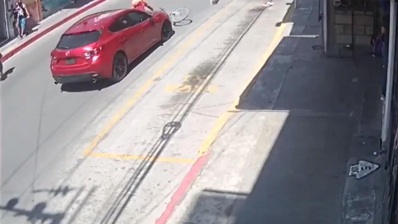 Video ciclista deberá pagar daños carro atropelló