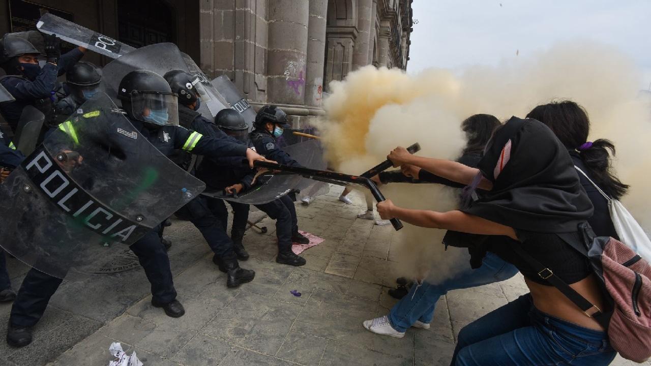 81 lesionadas tras enfrentamientos entre policías y manifestantes en la marcha del 8M