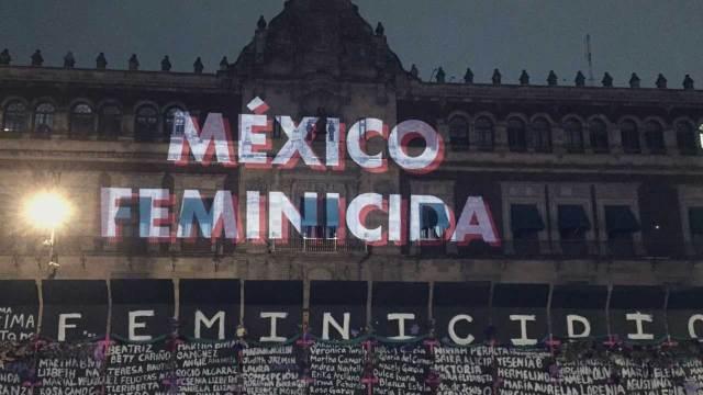 Proyección mensajes feministas Palacio Nacional