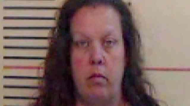 Arrestan a maestra por tener relación de 4 años con estudiante menor de edad