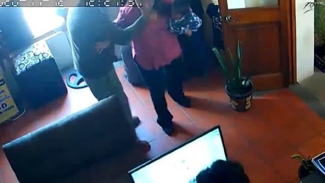 Regidor de Hidalgo golpeó a sus esposa con su bebé en brazos