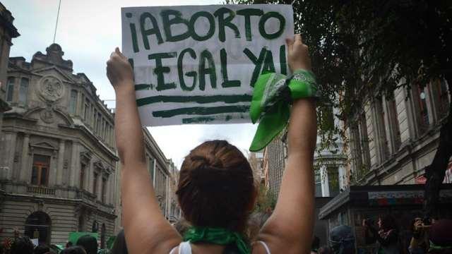 Denuncian a médico y estudiante por acompañar abortos en Puebla
