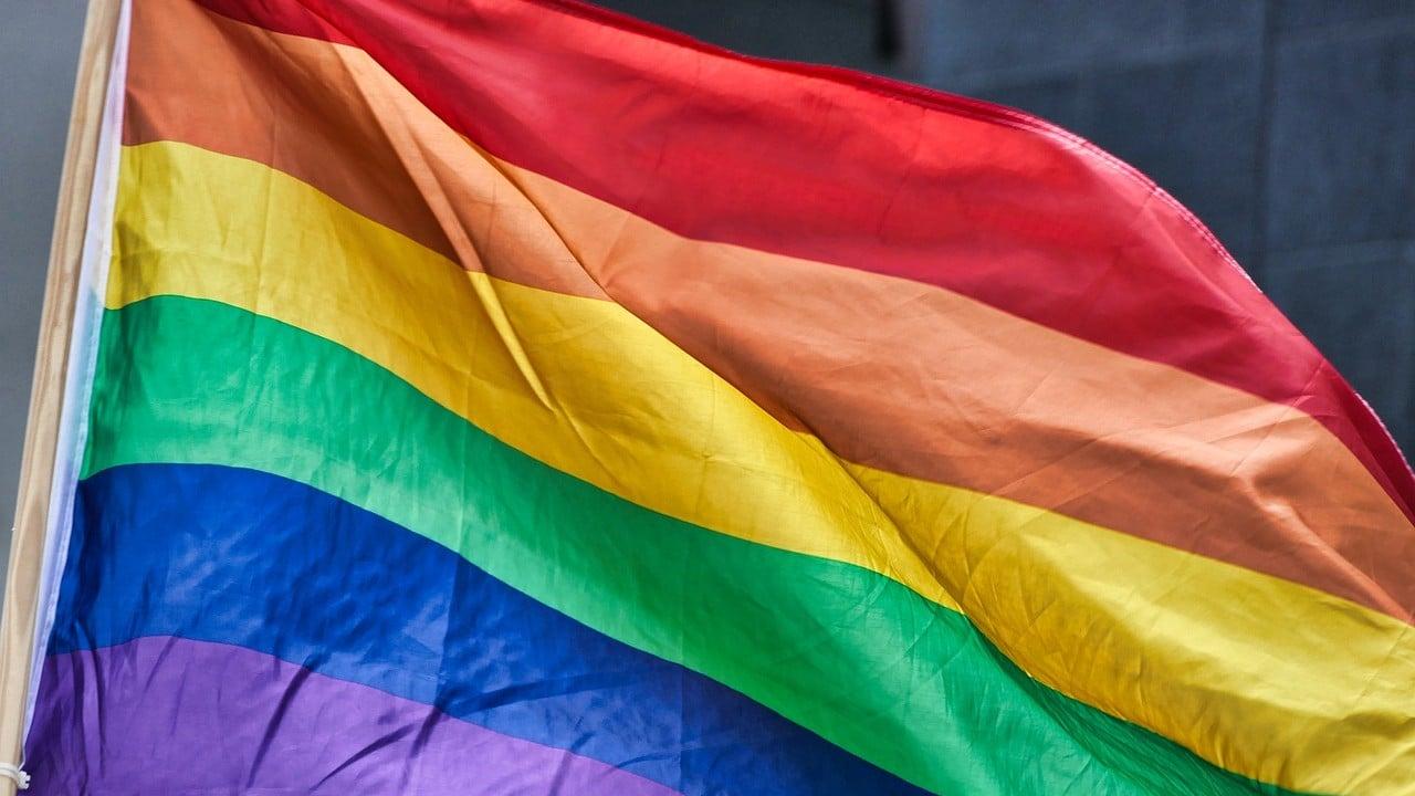 Biden prohibición Trump bandera LGBT embajada
