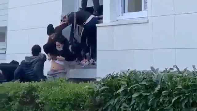Forman Escalera Humana Rescatar Familia Incendio Francia