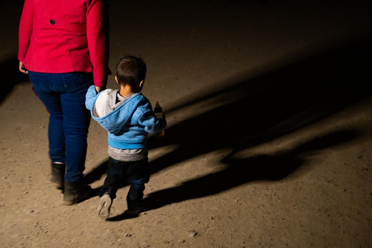 migrantes caminan desde río bravo