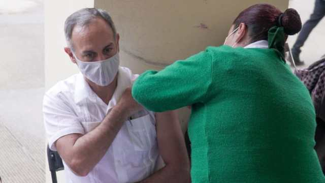 Hugo López-Gatell se vacuna