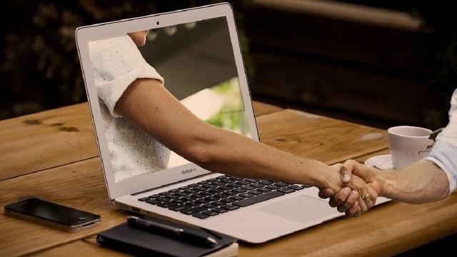 Mujer perdió 150 mil dólares en un sitio de citas fraudulento