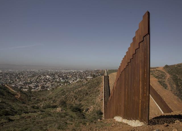 Video mujer embarazada cruzó el muro fronterizo