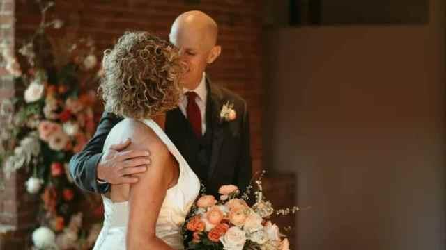 hombre se casa con su esposa dos veces por su Alzheimer
