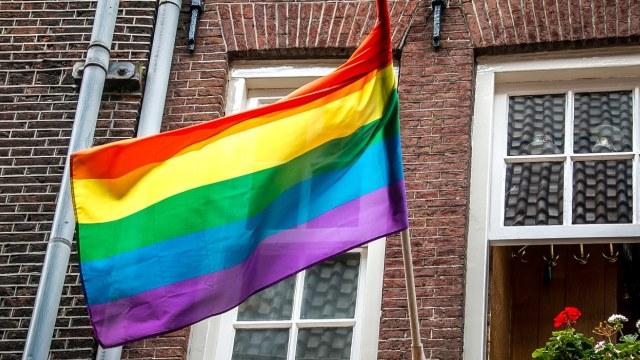 Pareja fue multada por ondear bandera LGBT en su jardín