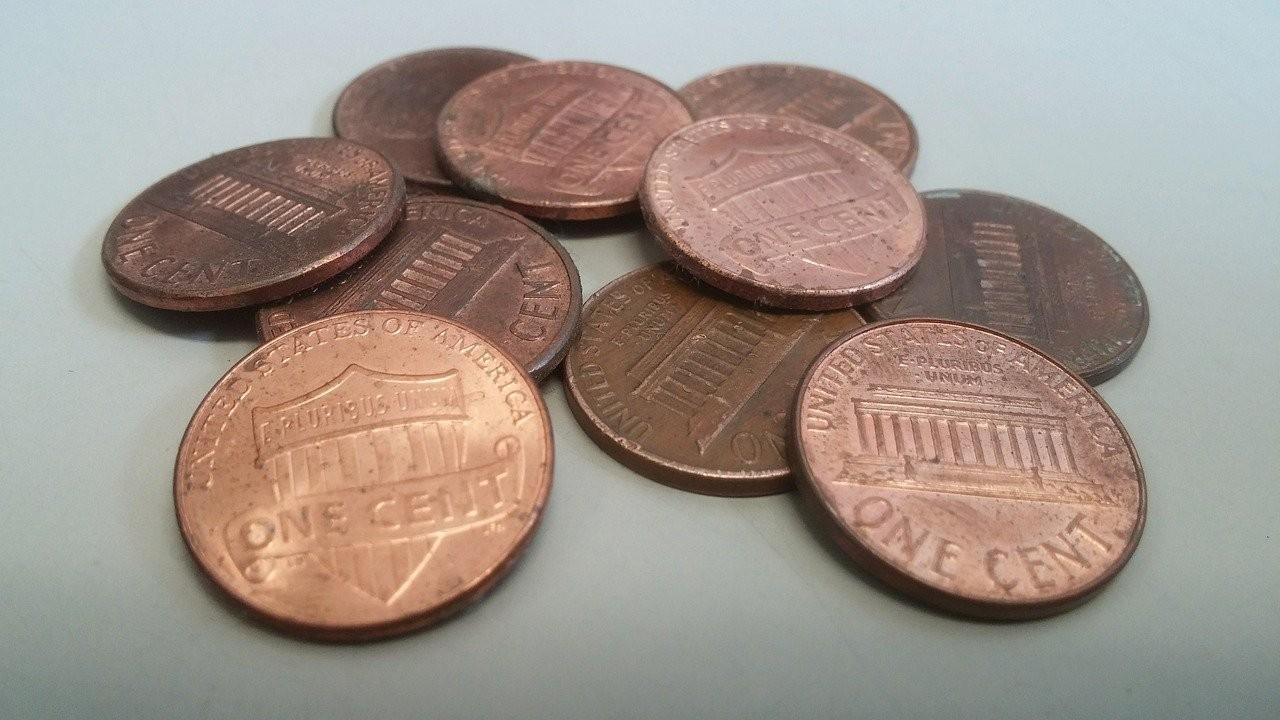 Hombre tira 80 mil monedas frente a la casa de sus hijas, es el último pago de la pensión