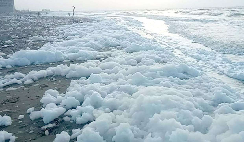 Espuma provoca cierre de playas en Coatzacoalcos
