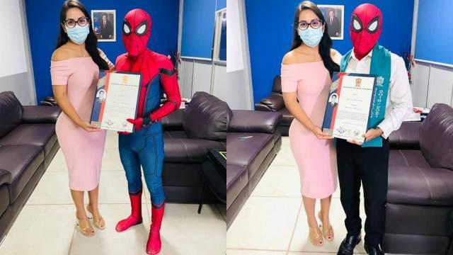 Joven recibe título disfrazado de Spider Man en Guerrero