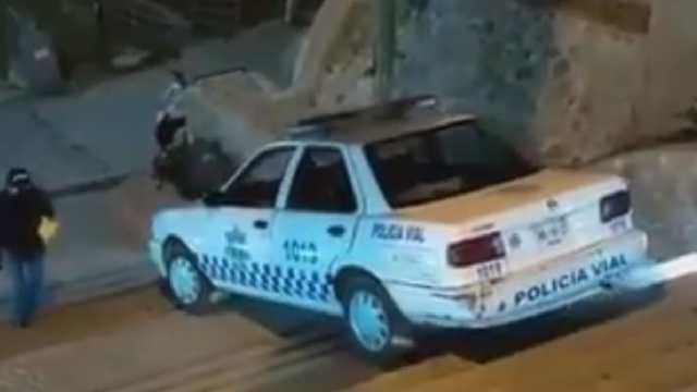 En presunto estado de ebriedad, policía vial baja patrulla por escaleras