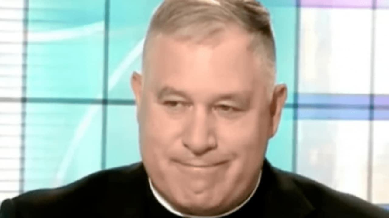 Sacerdote renunció porque usaba Grindr e iba a bares gay