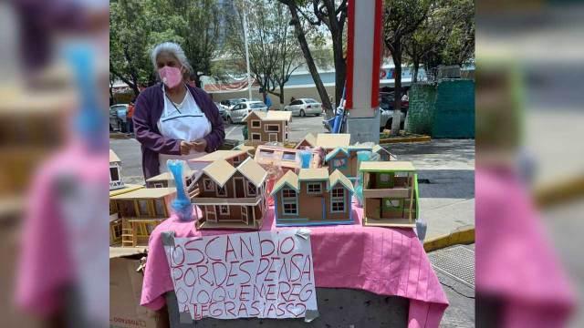 Abuelita hace casas de cartón para cambiarlas por despensa