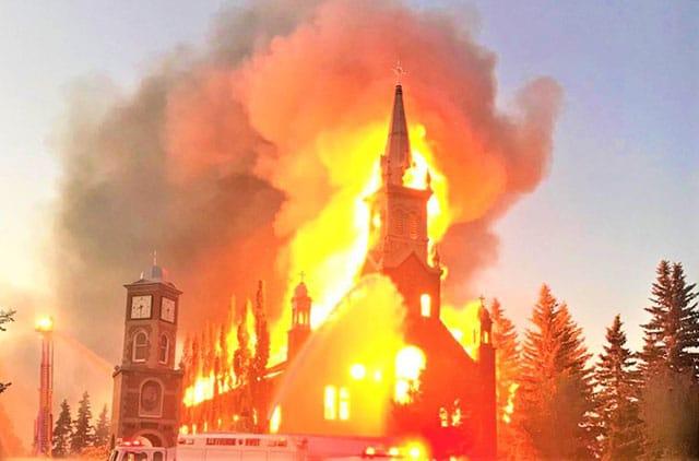 Canada Continúan los ataques a la iglesia católica tras descubrimiento de restos indígenas en internados