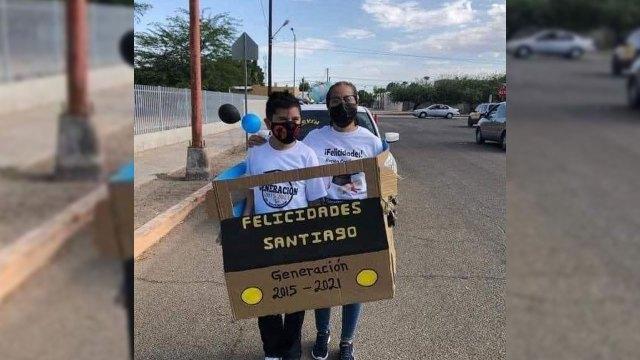 Santiago asiste a caravana de graduación en carro de cartón