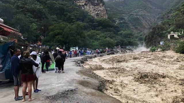 Evacúan a turistas tras desbordarse las grutas de Tolantongo