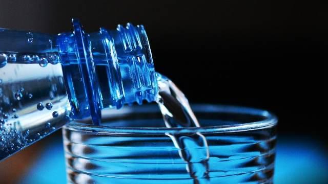 El agua del grifo genera menos impacto ambiental que el agua embotellada