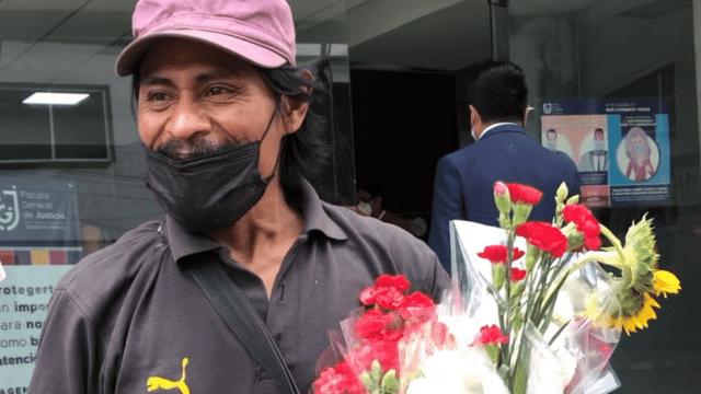 Encontró a su hija desaparecida en CDMX; desde entonces regala flores en agradecimiento