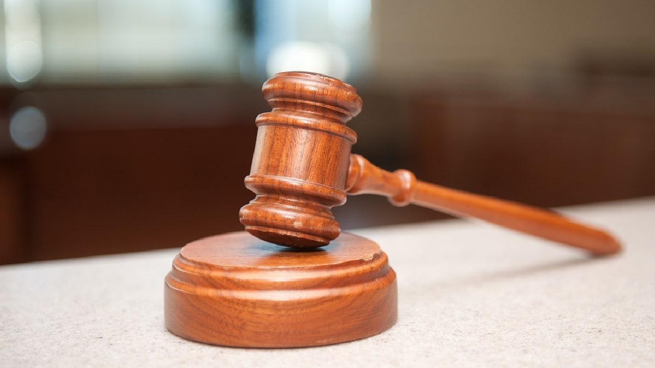 Mujer enfrenta cargos por nalguear a un hombre