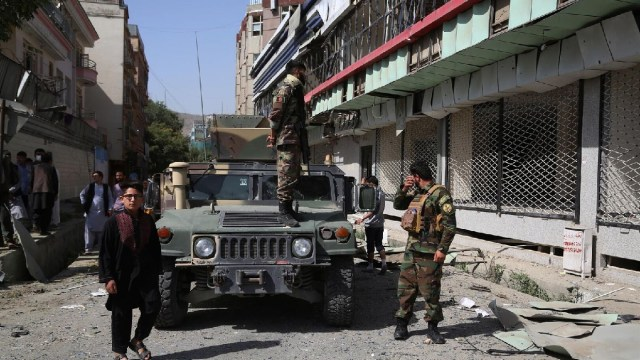 Avanzan tropas insurgentes en Afganistán; presidente huye