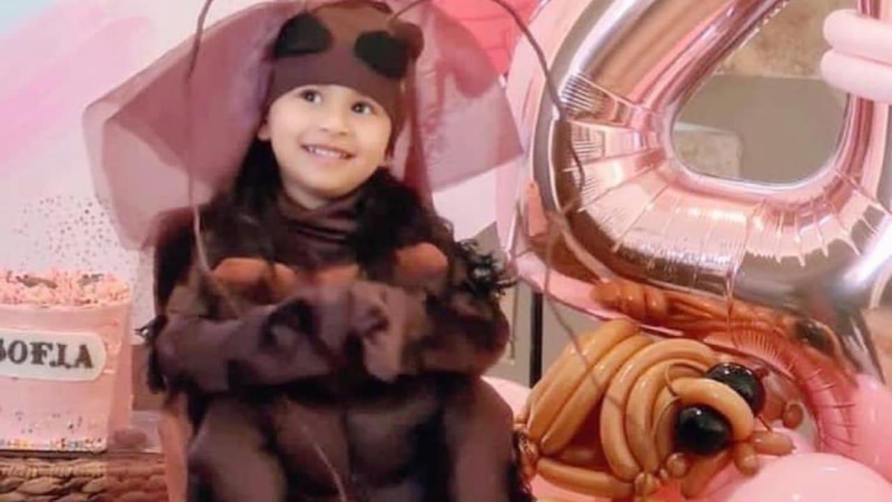 niña se disfraza de cucaracha para festejar su cumpleaños